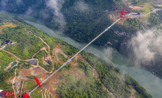 بزرگترین پل شیشهای جهان