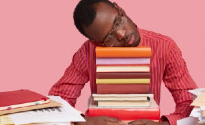دلیل علمی خواب آلودگی هنگام درس خواندن