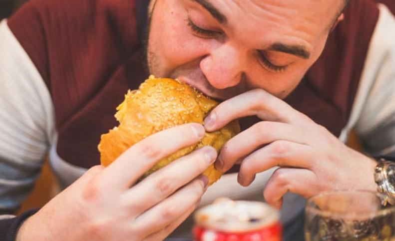 غذا خوردن پیش از خواب برای سلامتی مضر است؟