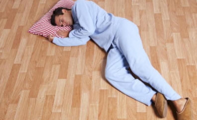 رو زمین خوابیدن ضرر داره ؟