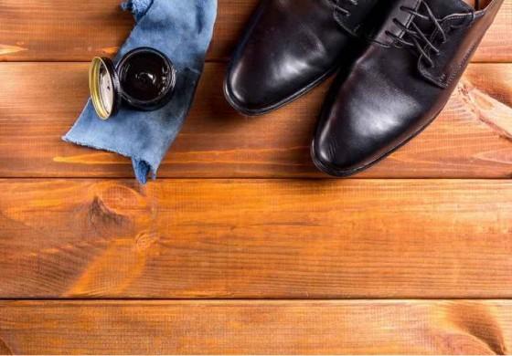 با این ۴ مرحله ساده، لکه واکس کفش را از فرش خود پاک کنید